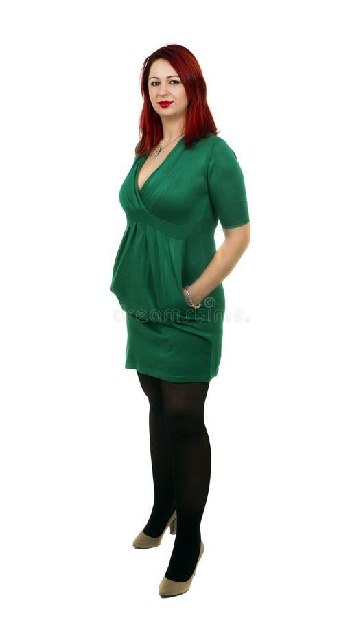 Belle femme avec des mains dans des poches D'isolement sur le fond blanc photographie stock libre de droits