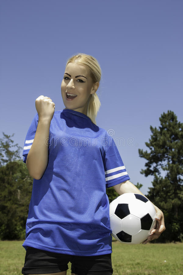 Belle femme avec du ballon de football images stock