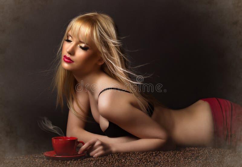 Belle femme avec du café photo libre de droits