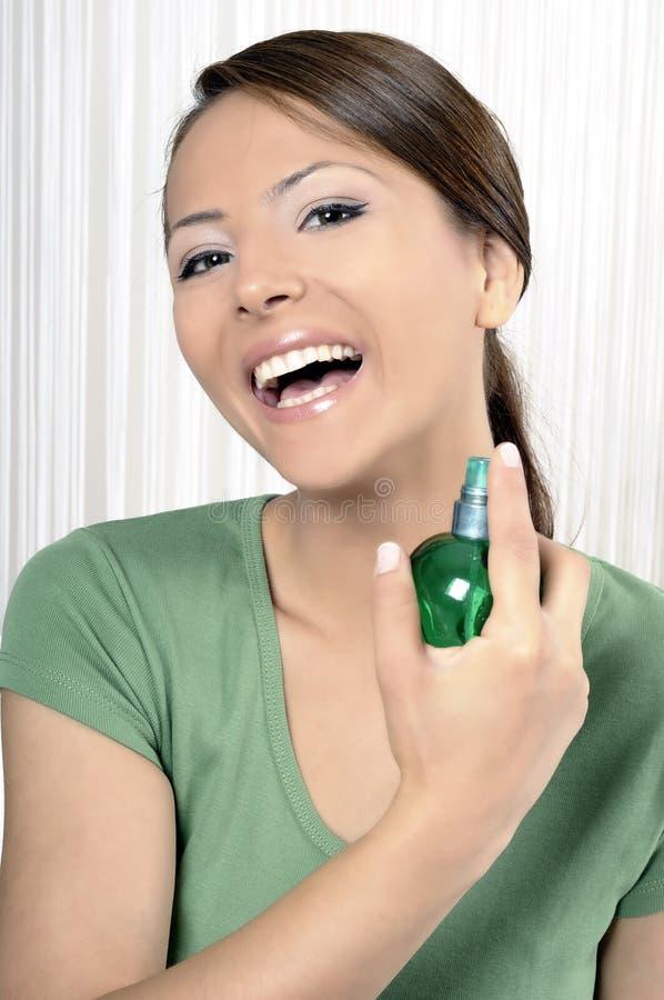 Belle femme avec la bouteille de parfum image stock