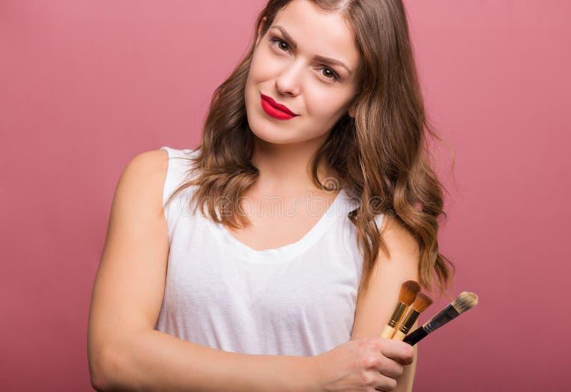Belle femme avec la brosse cosmétique photos stock