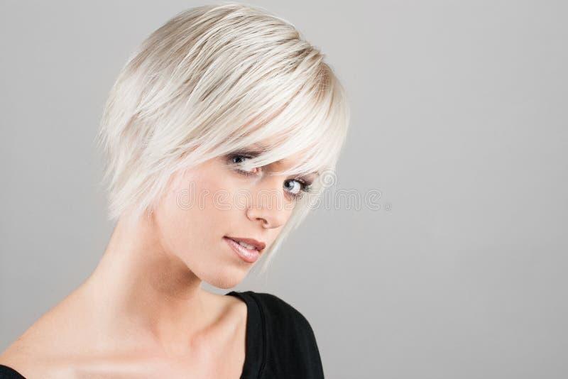 Belle femme avec la coiffure à la mode images stock