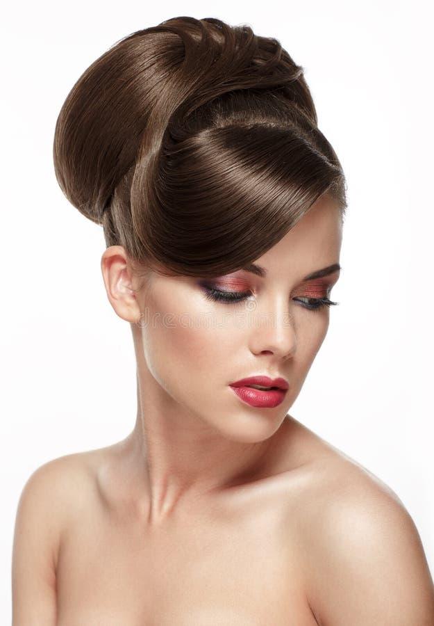 Belle femme avec la coiffure de mariage de mode photo stock