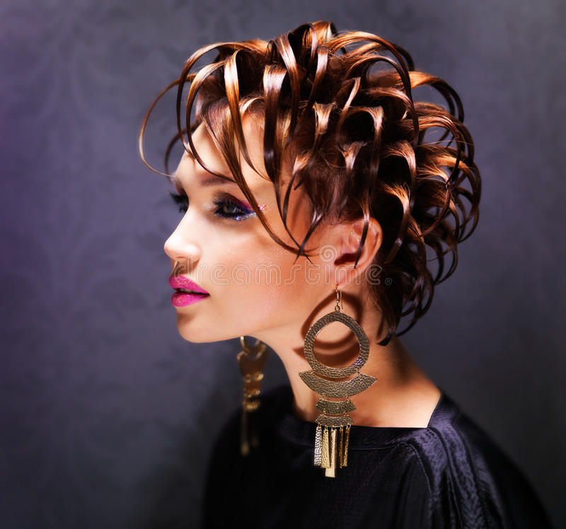 Belle femme avec la coiffure de mode et le maquillage rose image stock