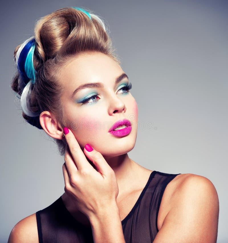 Belle femme avec la coiffure de mode et les clous roses images libres de droits
