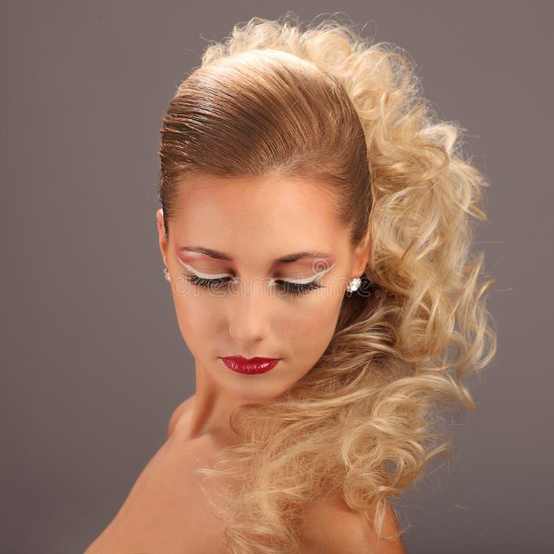 Belle femme avec la coiffure et le charme de mode image stock