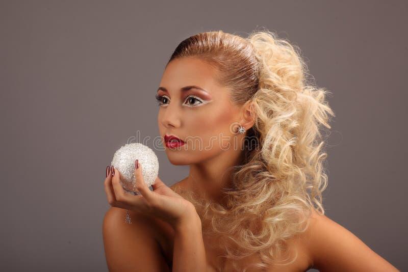 Belle femme avec la coiffure et le charme de mode photographie stock