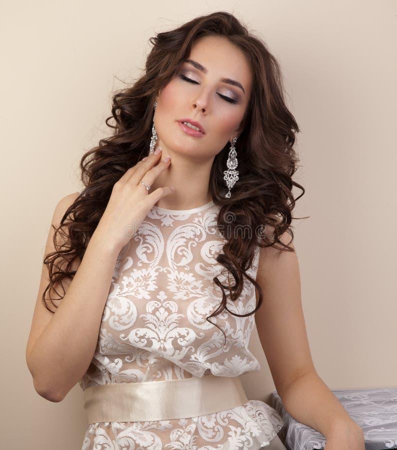 Belle femme avec la coiffure et le maquillage images libres de droits