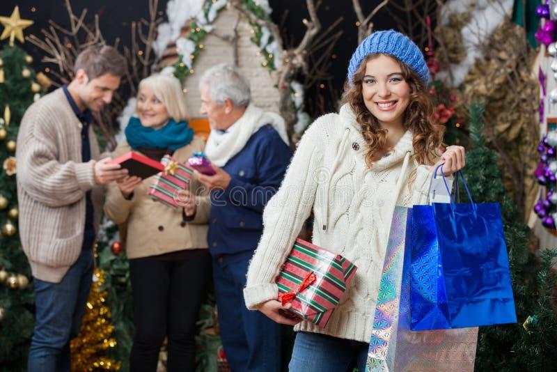 Belle femme avec la famille dans le magasin de Noël photos stock