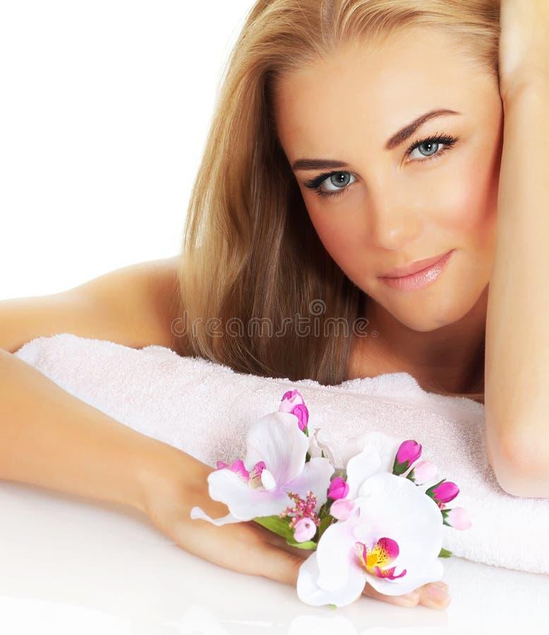 Belle femme avec la fleur image stock