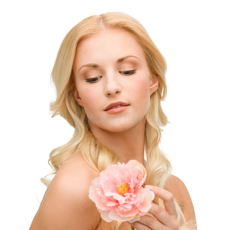 Belle femme avec la fleur de pivoine photo stock