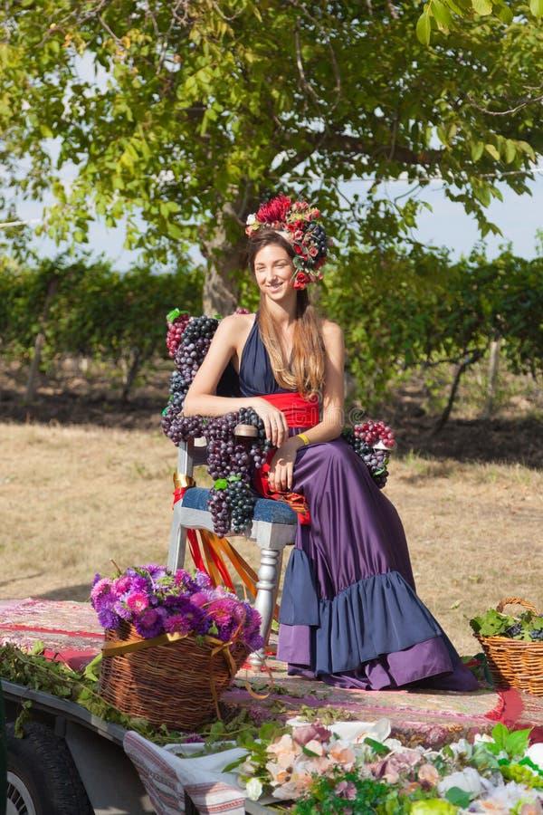 Belle femme avec la guirlande de fleur sur sa tête photos libres de droits