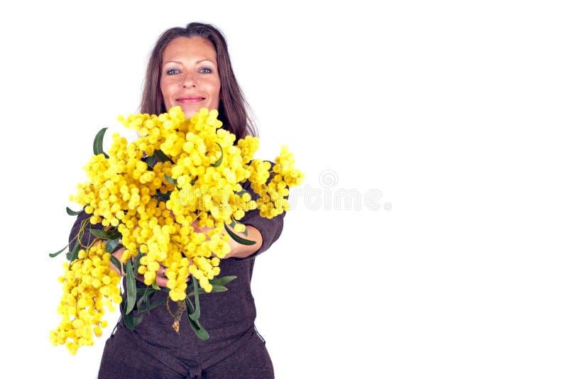 Belle femme avec la mimosa de floraison images libres de droits