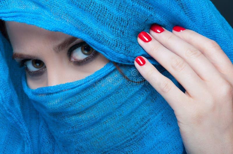 Belle femme avec la peau lisse et le visage couverts photographie stock