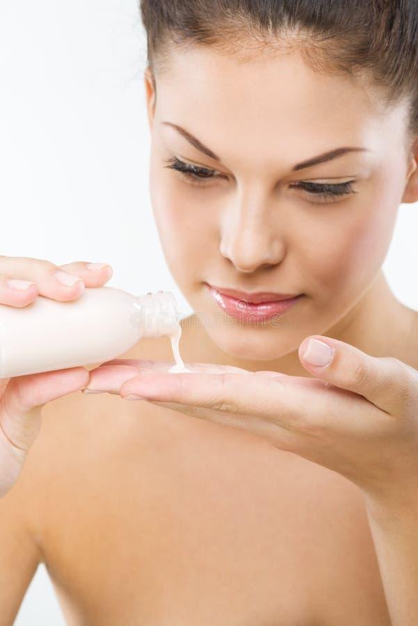 Belle femme avec la peau parfaite : nettoyage facial photos stock