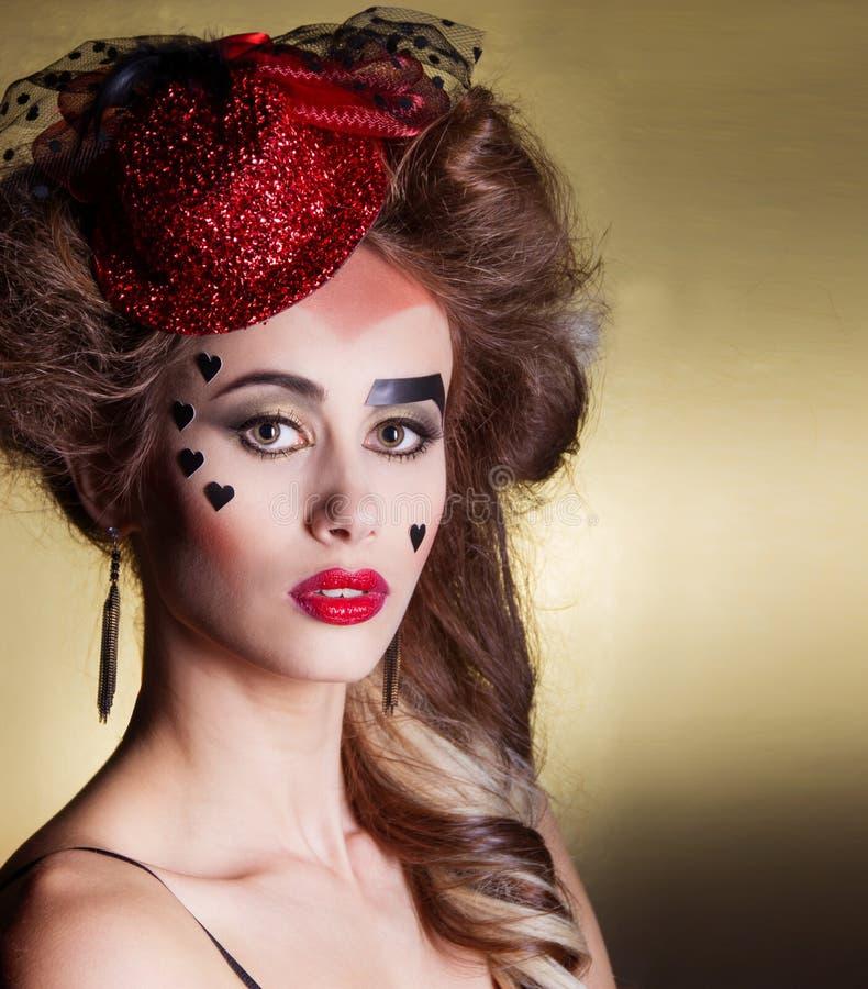 Belle femme avec le beau maquillage et coiffure dans un petit chapeau rouge avec de grandes lèvres avec des coeurs le jour de fêt images stock