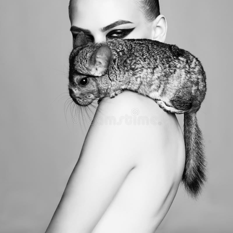 Belle femme avec le chinchilla images stock