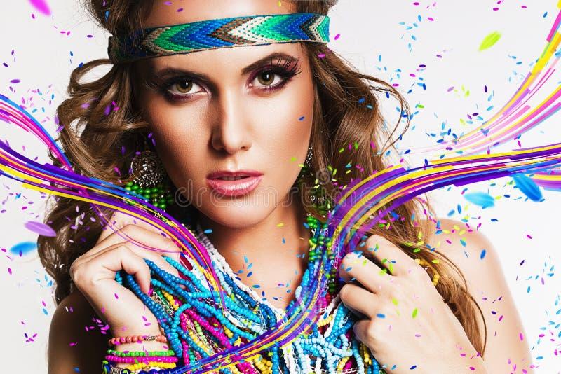Belle femme avec le collier et les rayures multi photo stock
