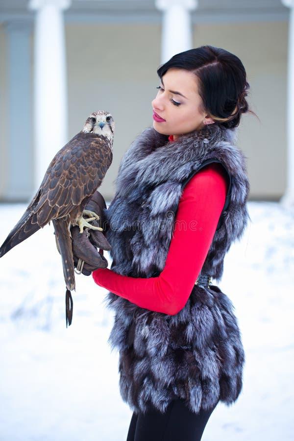 Belle femme avec le faucon photos stock