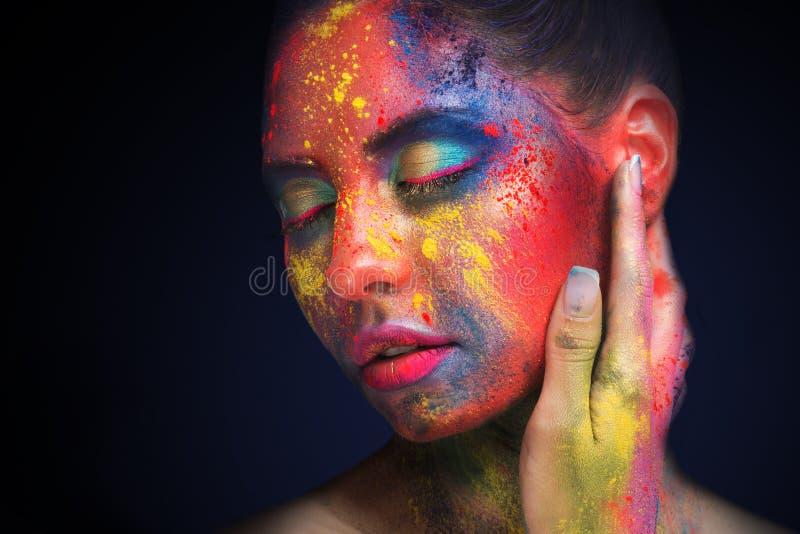Belle femme avec le maquillage créatif lumineux d'art photo stock