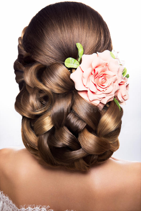 Belle femme avec le maquillage d'or Belle mariée avec la coiffure de mariage de mode photos stock