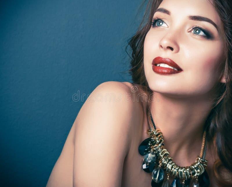 Download Belle Femme Avec Le Maquillage De Soirée Dans La Robe Noire Image stock - Image du languettes, renivellement: 87701043