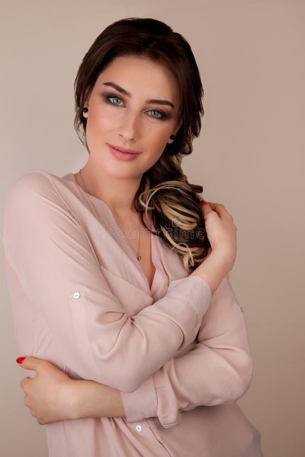 Belle femme avec le maquillage et la coiffure photographie stock
