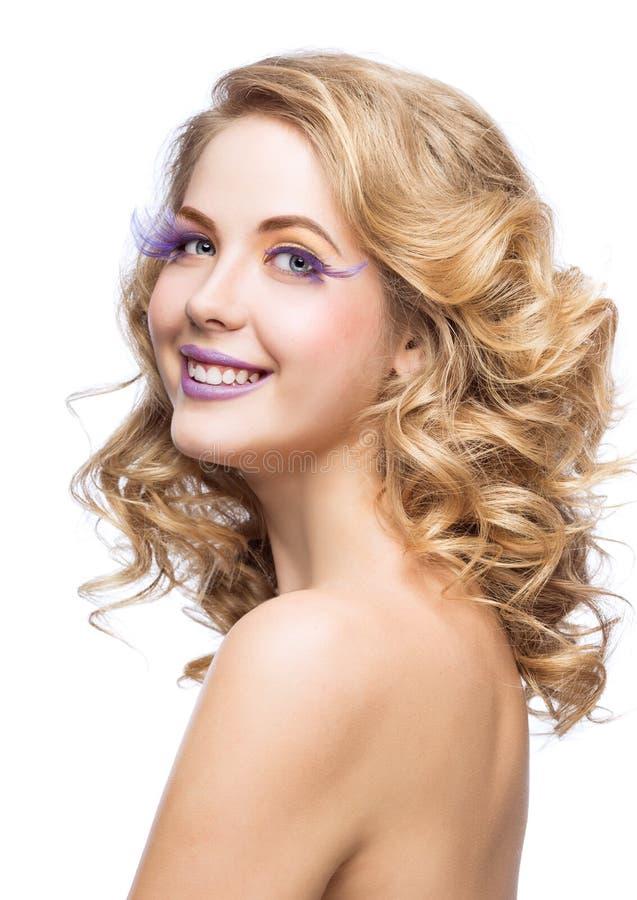 Belle femme avec le maquillage lumineux photo stock