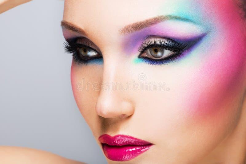 Belle femme avec le maquillage lumineux de mode photographie stock libre de droits