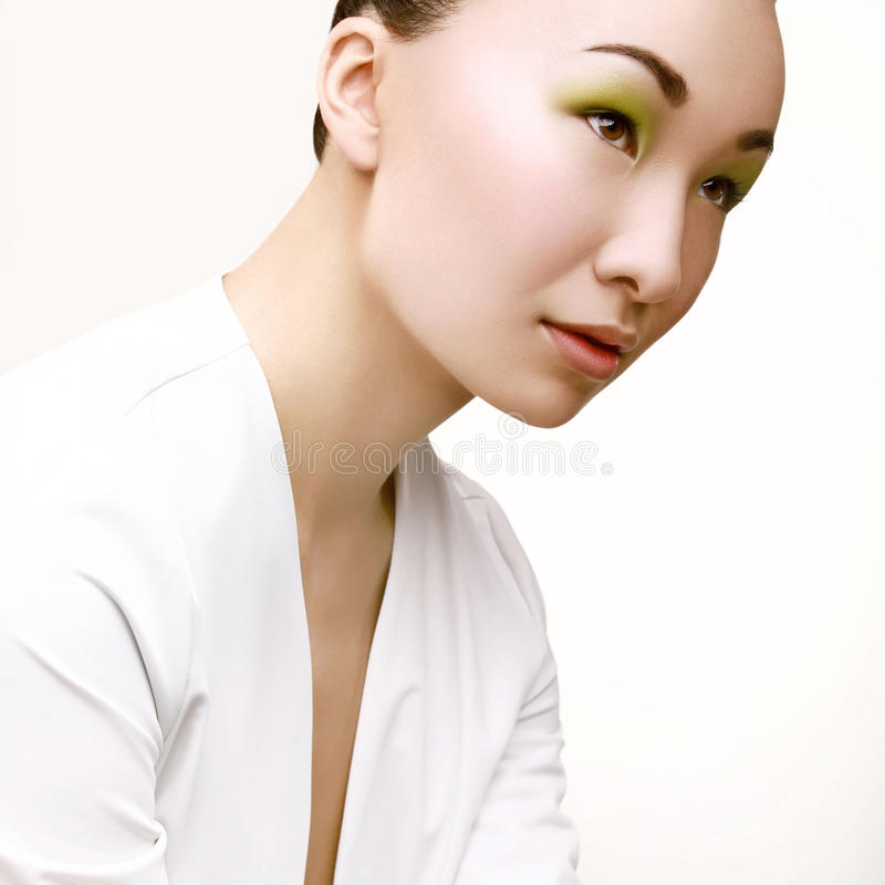 Belle femme avec le maquillage vert de mode. photographie stock