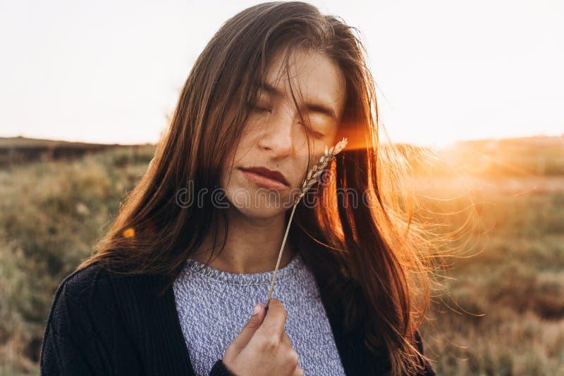Belle femme avec le portra sensuel de coucher du soleil de blé d'oreille au soleil images libres de droits