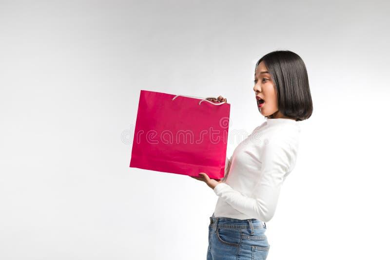 Belle femme avec le sac à provisions images libres de droits