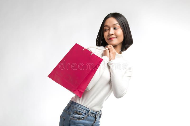 Belle femme avec le sac à provisions image stock