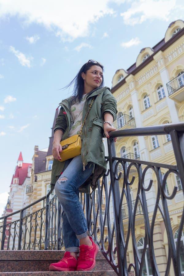 Download Belle Femme Avec Le Sac Jaune Sur La Rue Image stock - Image du charme, âgé: 77162281