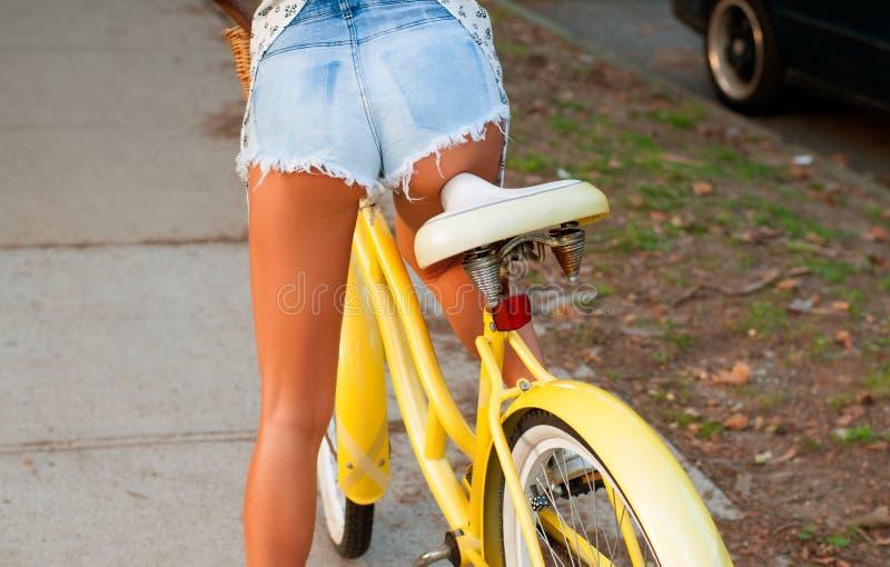 Belle femme avec le vélo sur la rue image libre de droits