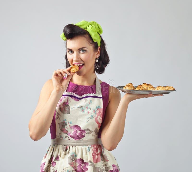 Belle femme avec les biscuits délicieux image libre de droits