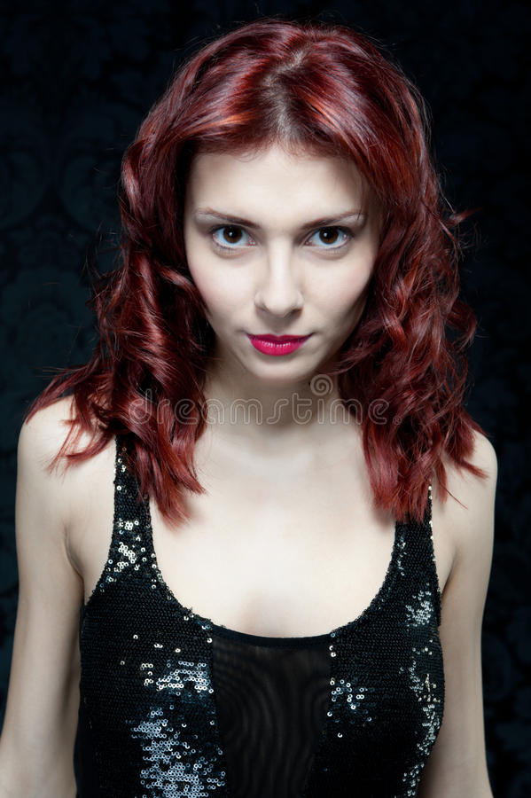 Belle femme avec les cheveux rouges et le dessus noir image libre de droits