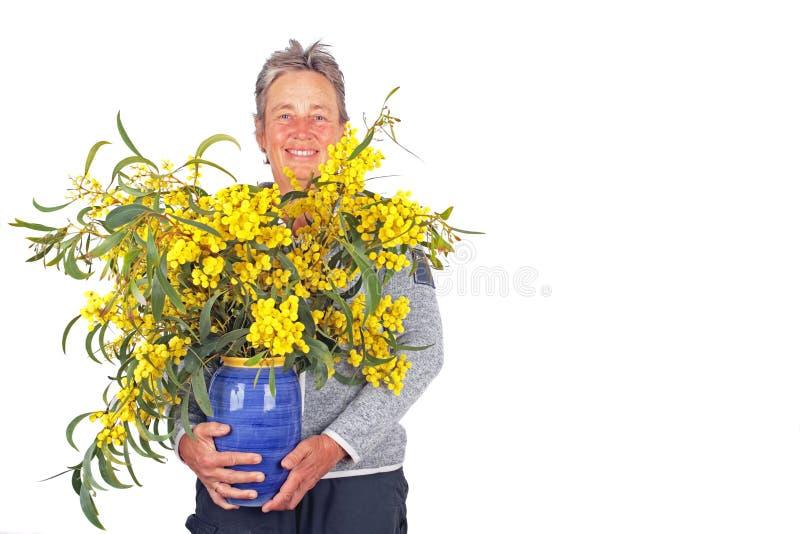 Belle femme avec les fleurs de floraison de cala image libre de droits