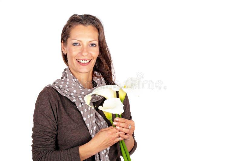 Belle femme avec les fleurs de floraison de cala photographie stock libre de droits