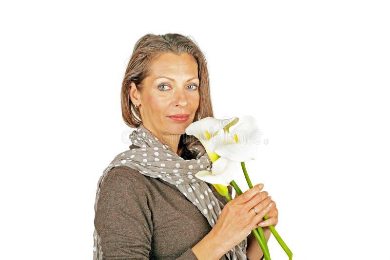 Belle femme avec les fleurs de floraison de cala photographie stock