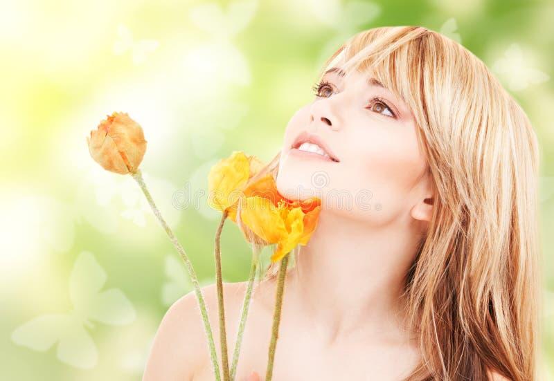 Belle femme avec les fleurs et les papillons rouges images libres de droits