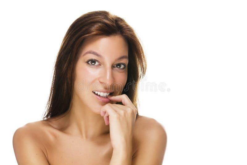 Belle femme avec un doigt à sa bouche photographie stock