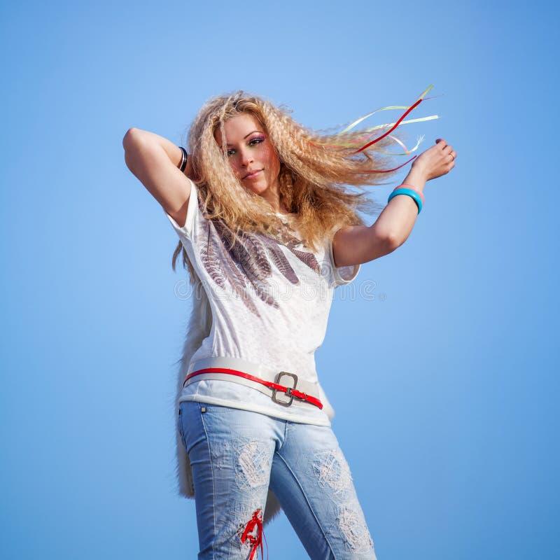 Belle femme avec un papillon au-dessus de ciel bleu photographie stock libre de droits