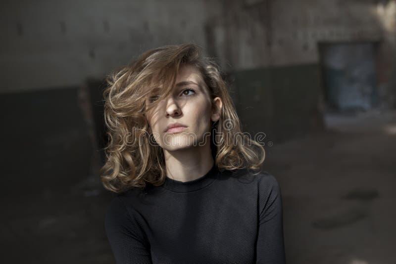 Belle femme avec une expression sérieuse sur son visage photo libre de droits