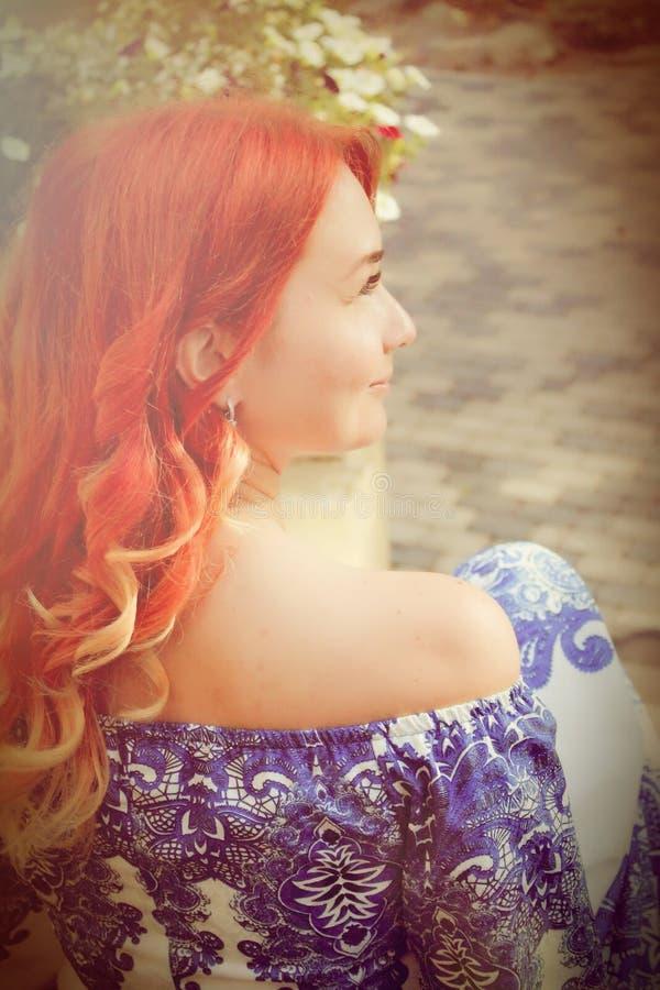 Belle femme avec une longue coupe de cheveux image libre de droits