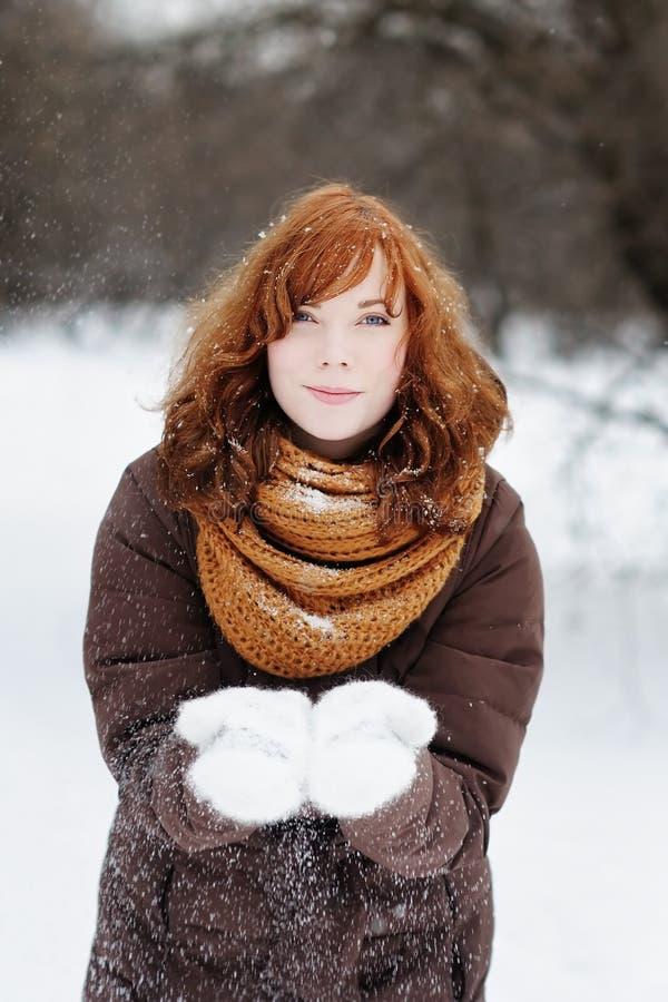 Belle femme ayant l'amusement en hiver photos stock