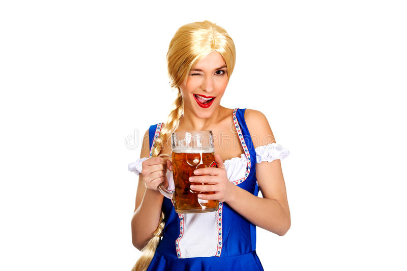 Belle femme bavaroise avec de la bière photos stock