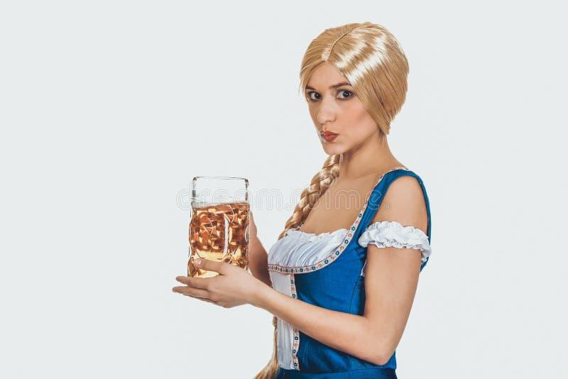 Belle femme bavaroise avec de la bière image libre de droits
