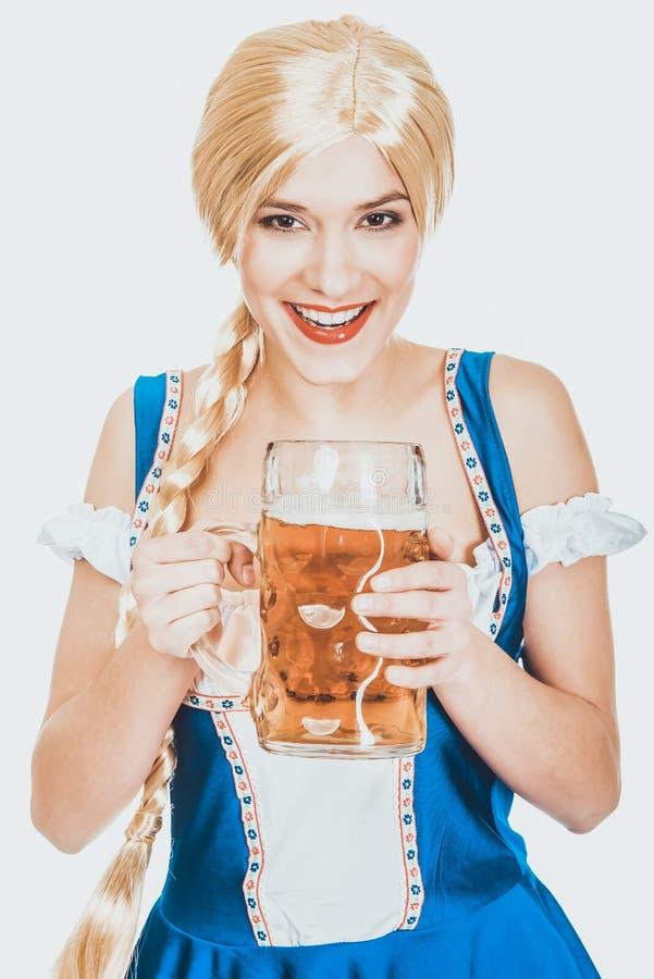 Belle femme bavaroise avec de la bière photos libres de droits