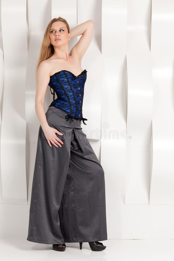 Belle femme bien habillée photographie stock